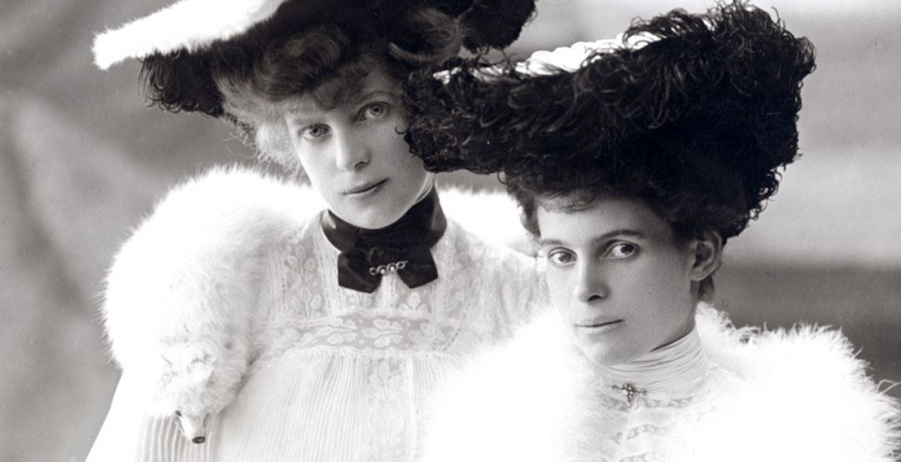 Countess Ottilie (right) with her sister Hedwig